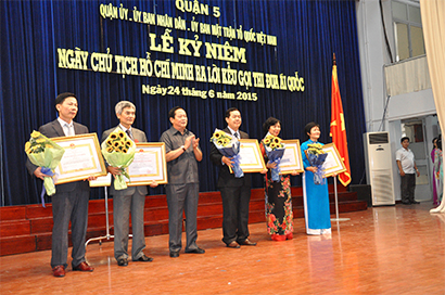 Chairman of the Board of Directors Pham Ngoc Lam and Duc Khai Joint Stock Company were awarded the Third-class Labor Medal